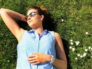 vuori nainen makaa nurmikolla silmät kiinni