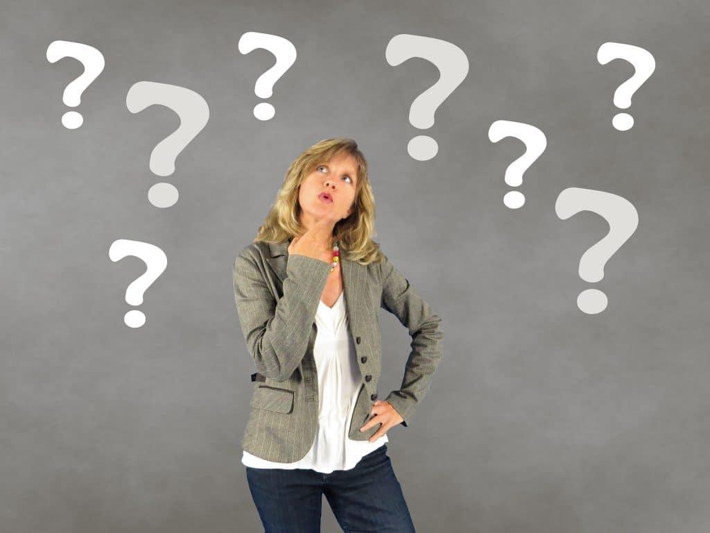 Nainen pohtii mitä kaipaa elämässä ja mitä hän haluaisi muuttaa?