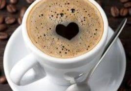 Kupillinen espressoa, jossa sydämen kuvio pinnalla