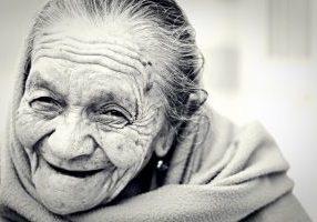 vanha nainen hymyilee leveästi
